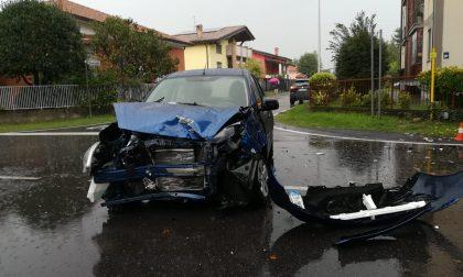 Incidente tra due auto, una travolge una donna a piedi FOTO