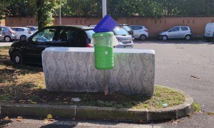 Rifiuti abbandonati in via Fermi spunta anche… un materasso FOTO