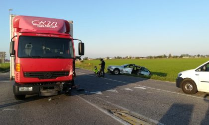 Travolto in auto da un camion, ferito 78enne FOTO