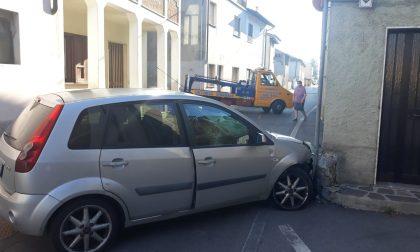 Accecato dal sole finisce con l'auto contro il muro