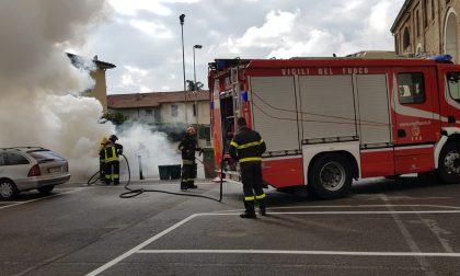 Brucia un'automobile, paura in centro a Calcio FOTO