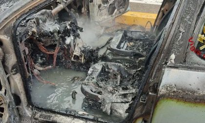 Auto in fiamme al centro commerciale, illeso un 75enne FOTO