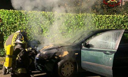 Auto in fiamme a Cassano, arrivano i pompieri FOTO