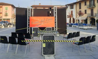 Palco e sedie vuote in mezzo alla piazza, la protesta di Fuori dal Coro contro il Dpcm