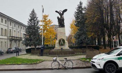 Ammaina il Tricolore e issa una bandiera nera al monumento dei caduti: denunciato FOTO