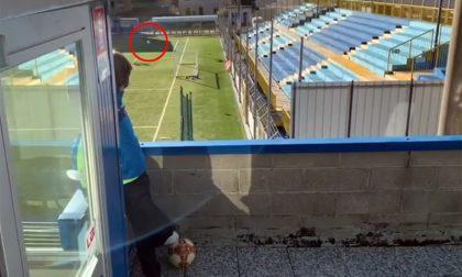 Il filmato di chi, ai tempi del Covid, fa gol... dal balcone