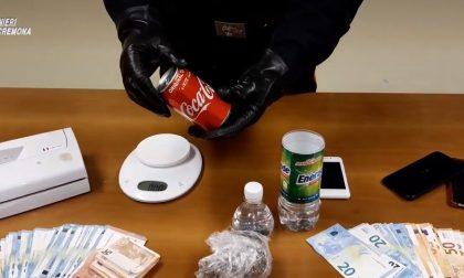 Spacciava agli arresti domiciliari: la marijuana nel doppiofondo della Cocacola VIDEO