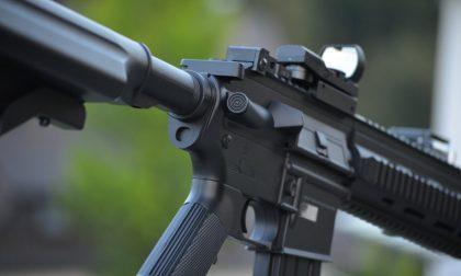 """Gioca per strada con un fucile da softair: """"E' un terrorista"""", scatta l'allarme"""