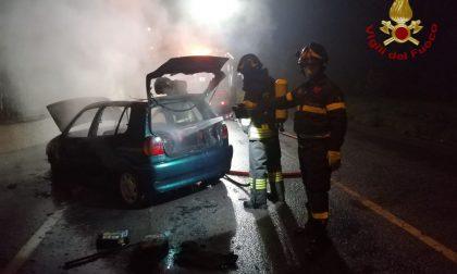 Auto in fiamme a Cividate, arrivano i Vigili del fuoco FOTO