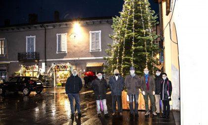 Piazza deserta ma come tradizione l'albero di Natale si è acceso per l'Immacolata