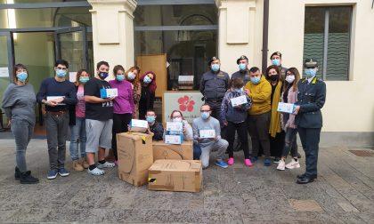 Mascherine sequestrate dalla Guardia di Finanza in dono ai ragazzi dell'Hibiscus FOTO
