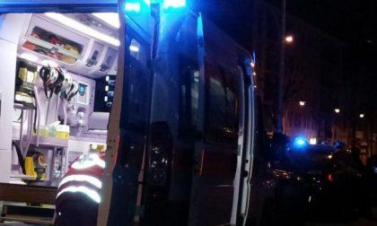 Cede una grata del parcheggio: gravi due uomini precipitati a Milano