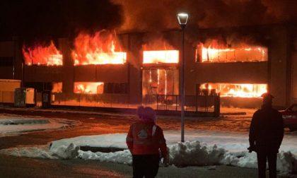 Incendio devasta il magazzino della Remer a Cassano
