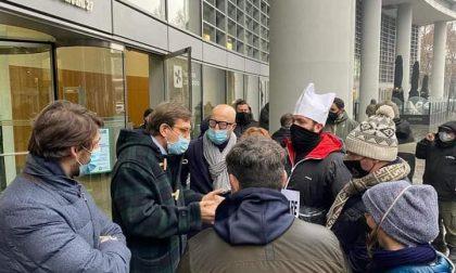 La protesta dei ristoratori arriva a Palazzo Lombardia e l'assessore li sostiene