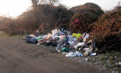 Basta rifiuti abbandonati, Casirate chiude la strada per la cascina dei Poveri