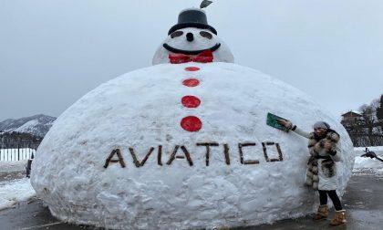 """Il mega pupazzo di neve da 200 quintali: """"Anche questo è un simbolo di speranza"""""""