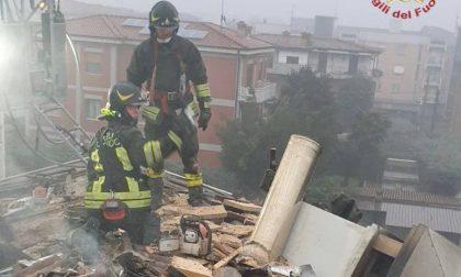 Brucia un tetto, paura a Verdello e pompieri al lavoro