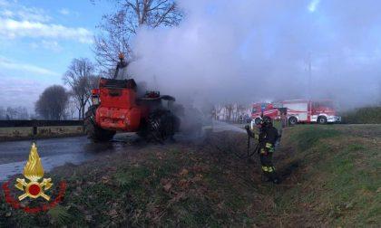 In fiamme un carrello elevatore, intervengono i vigili del fuoco