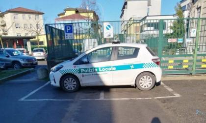 Parcheggio creativo della Polizia locale e sul web scatta l'ironia (e un po' di irritazione)