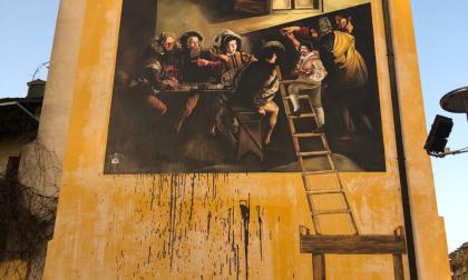 """Sfregiato il murales del Caravaggio: """"Un gesto inaccettabile, non resterà impunito"""""""
