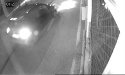 Sperona e danneggia tre auto in sosta e poi scappa, i testimoni si fanno avanti