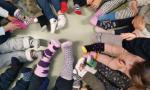 Piccoli calzini spaiati per ricordarci che siamo tutti uguali, tutti diversi, tutti importanti