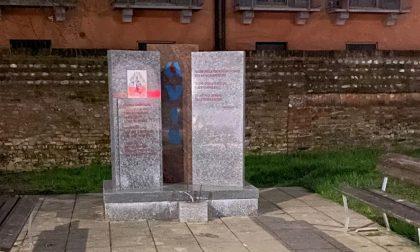 Vandali in azione, danni alla stele dell'Avis e al parco di Nosadello