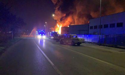 I video del devastante incendio che ha divorato un'azienda a Pozzo