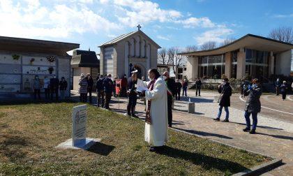 Una stele al cimitero per onorare la memoria delle vittime della pandemia