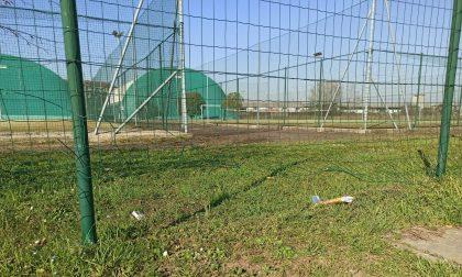 Sfondano la recinzione del centro sportivo per giocare con i figli
