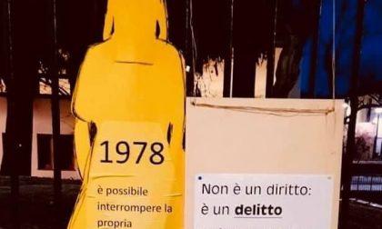 """Cartello shock del prete di Cassano sull'installazione dell'otto marzo: """"L'aborto è un delitto"""""""