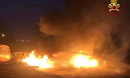 Incendio di plastica a Grumello, accanto al casello dell'autostrada A4