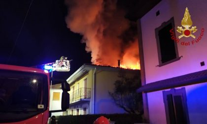 Le fiamme divorano il tetto, nessun ferito ma abitazione inagibile