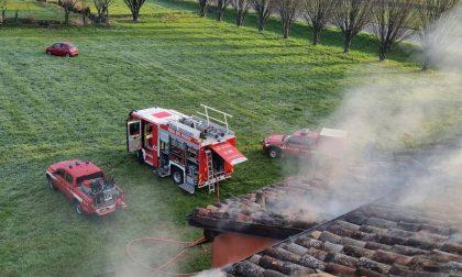 Fienile in fiamme: danni anche alla cascina