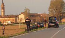 Si ribalta con l'auto e finisce nel campo, paura in via Treviglio