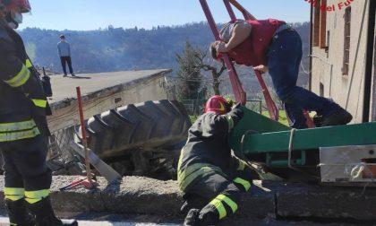 Trattore fuori strada finisce in un cortile privato: il video dei pompieri al lavoro