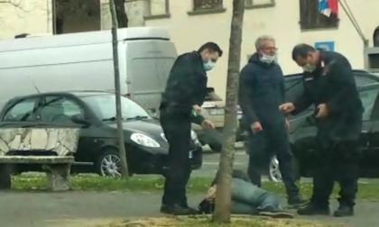 No mask importuna i passanti: il video dell'intervento dei carabinieri in strada