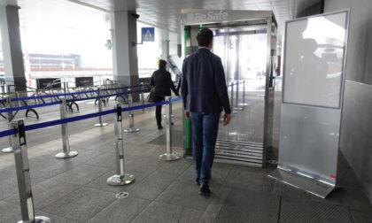 Cabina di sanificazione in funzione all'aeroporto di Orio al Serio
