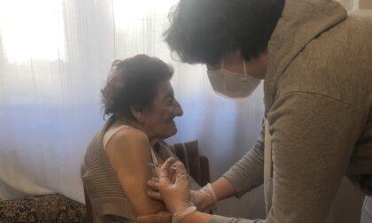 Vaccini a domicilio, in campo anche Anni sereni: la prima è Mirella, 91 anni