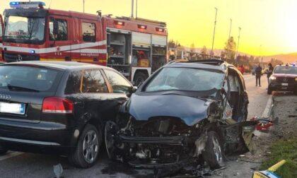 Auto contro la colonnina del gas: arrivano i pompieri, quattro in ospedale