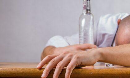 Col limoncello in mano inveisce contro i passanti: multato per bestemmie e ubriachezza molesta