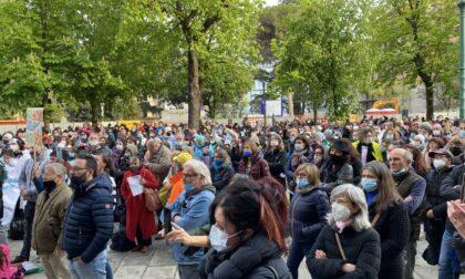 """""""No paura day"""", in 600 a Bergamo cantando """"la pandemia è una fesseria"""""""