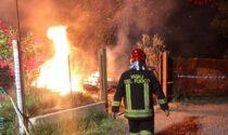 Grosso incendio in un deposito dell'Isola: le immagini dell'intervento dei pompieri