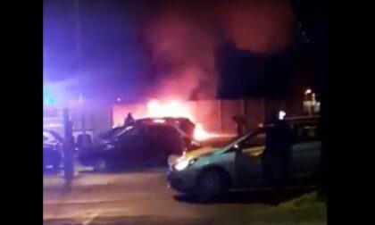 Uomo trovato carbonizzato nell'auto in fiamme
