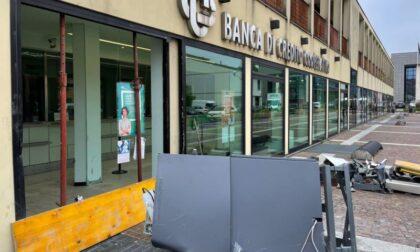 Tentano di rubare il bancomat alla Bcc, ma fuggono senza soldi