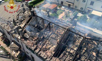 Palazzina in fiamme, brucia il tetto: pompieri al lavoro