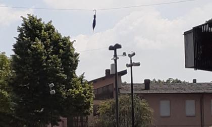 Su piazza San Lorenzo c'è un ombrello sospeso