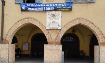 Uno striscione sul Municipio per tifare Atalanta, è polemica