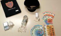 Inseguito dai carabinieri, in auto gli trovano la cocaina