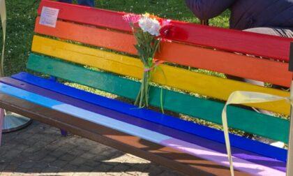 """Una panchina arcobaleno a Bergamo, Bianchi (Lega): """"Il Comune la rimuova"""""""
